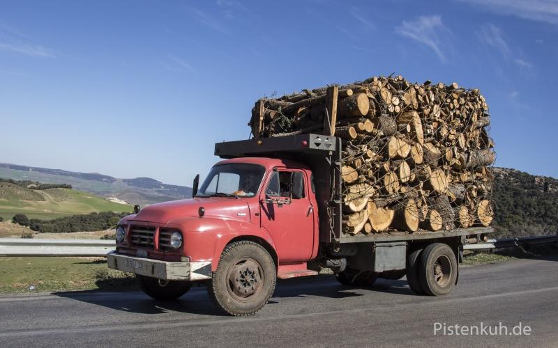 Bedford-Lkw-Holzladung-Marokko