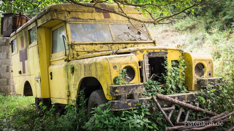 Schrottauto-Land-Rover-Ambulanz-Verrostet