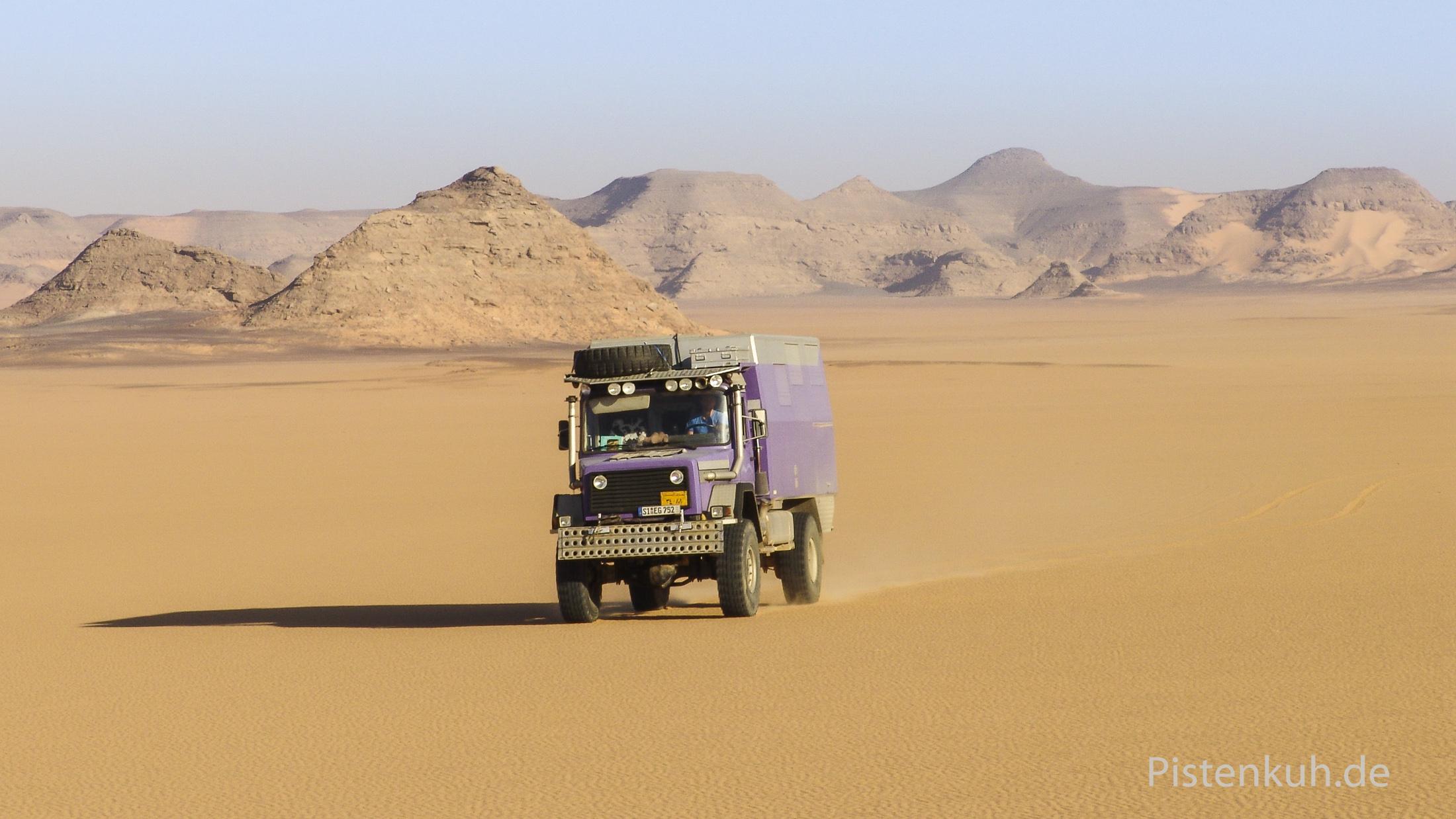 Einsame Fahrt durch die Wüste am Nasser Stausee