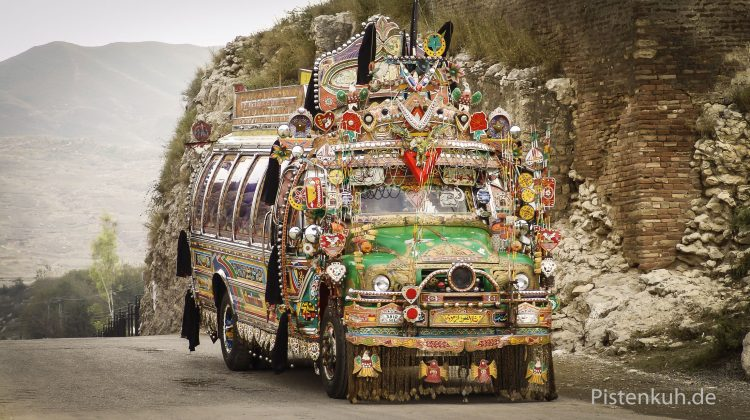 Es ist nicht Karneval, sondern der tägliche Stadtbus.