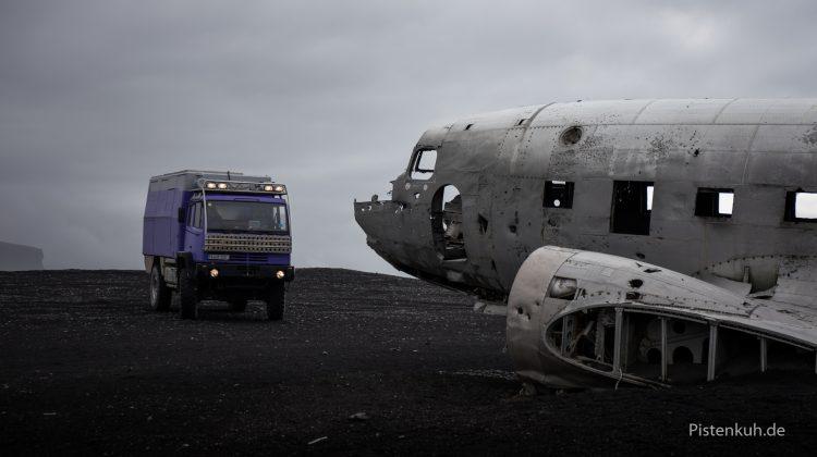 Flugzeugwrack der DC-3 am Strand von Island