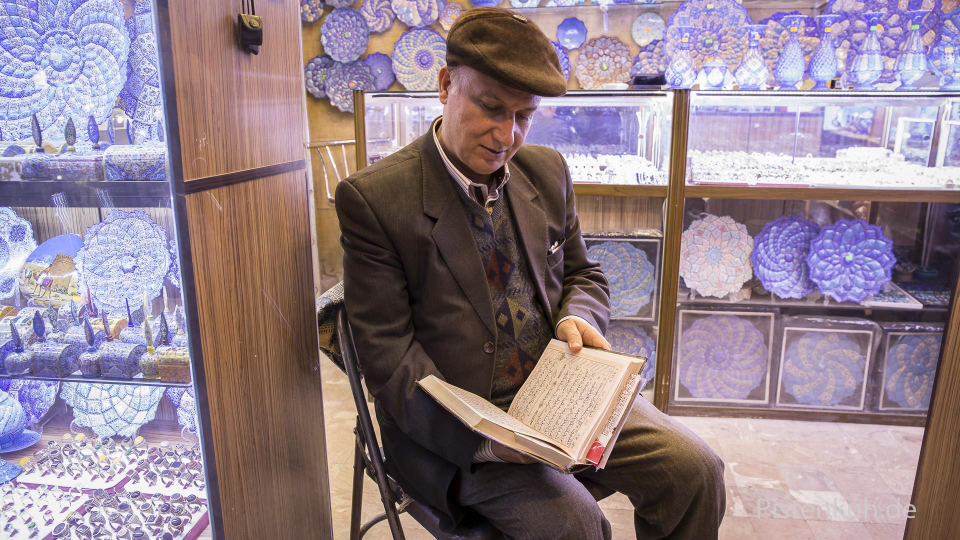 Händler liest den koran