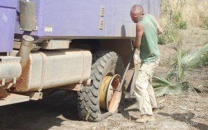 Reifenpanne im Busch von Mali