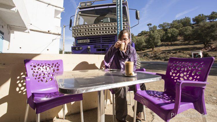 Kaffee trinken in der Sonne Marokkos