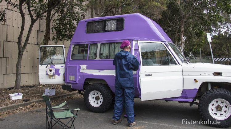Das Auto ist schnell violett