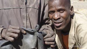 Reifenreparatur auf afrikanisch