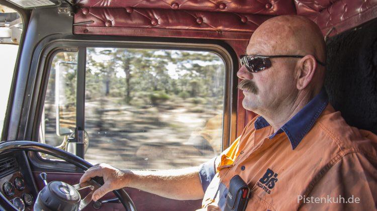 Charlie steuert seinen Road Train über die Landstraßen