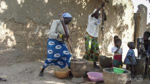 Frauen bei der täglichen Arbeit in Mali