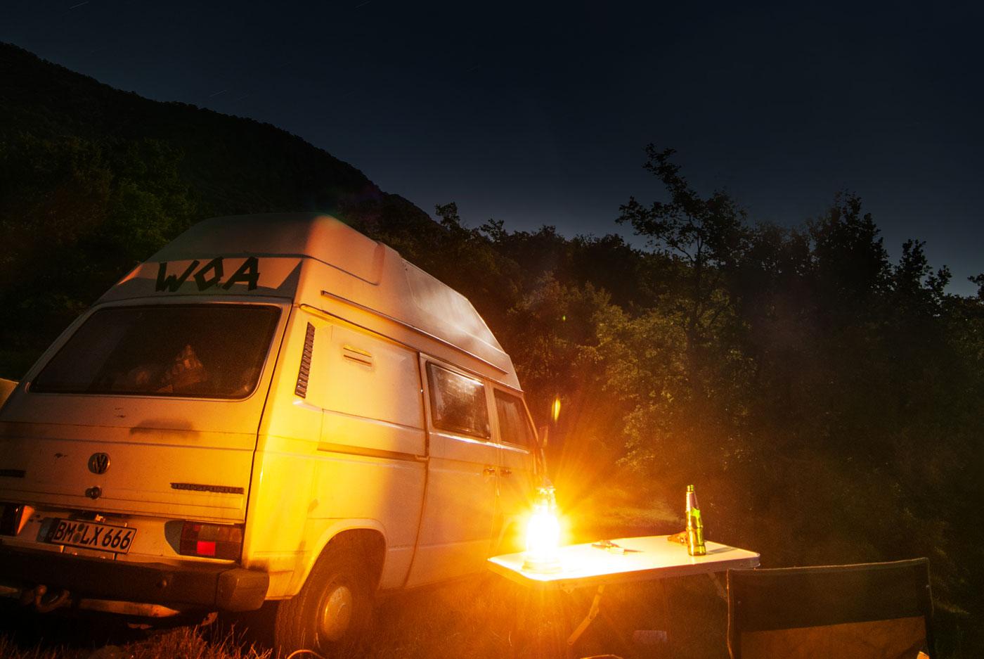 VW-T3 und Sabine warten am Nachtplatz