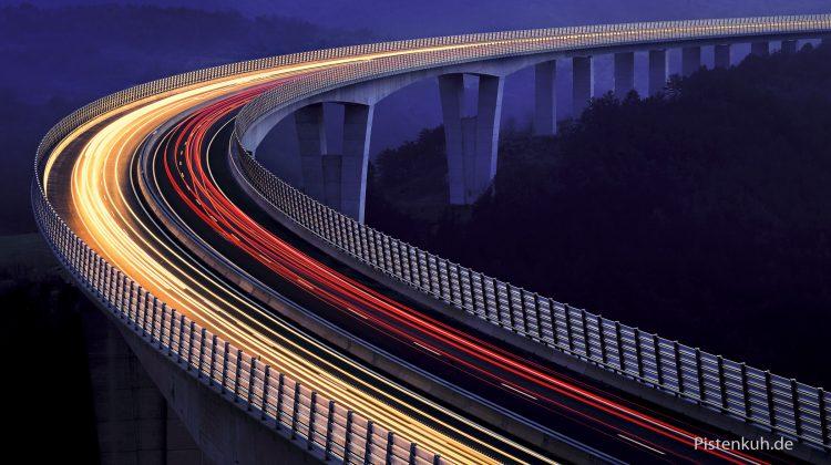 Nachtaufnahme einer Autobahn