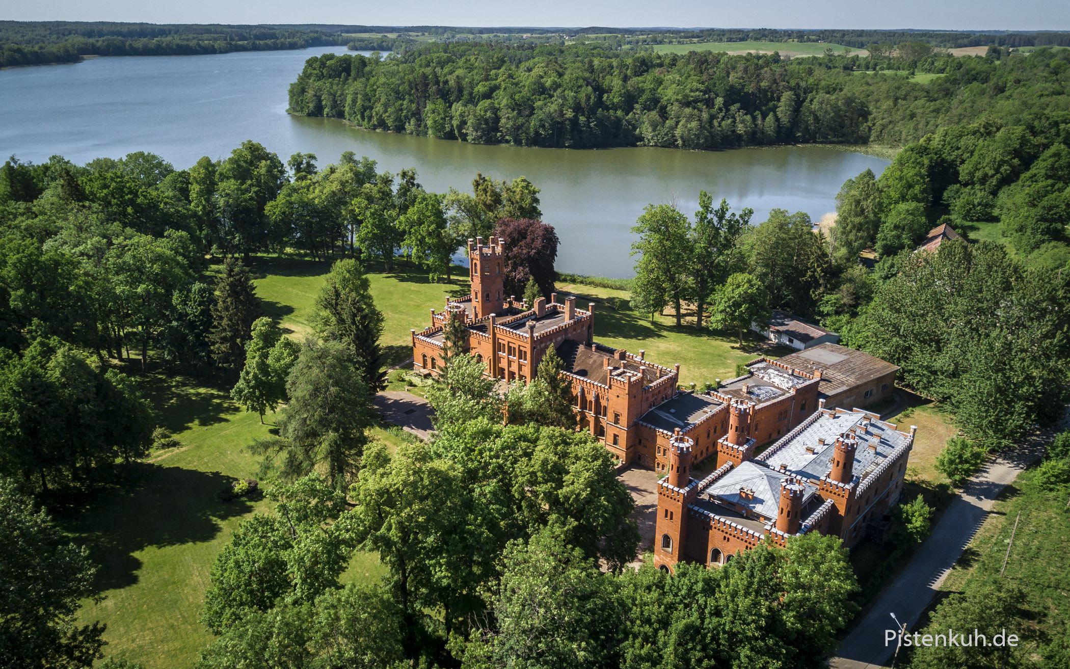 Das Schloss Sorquitten liegt malerisch am See