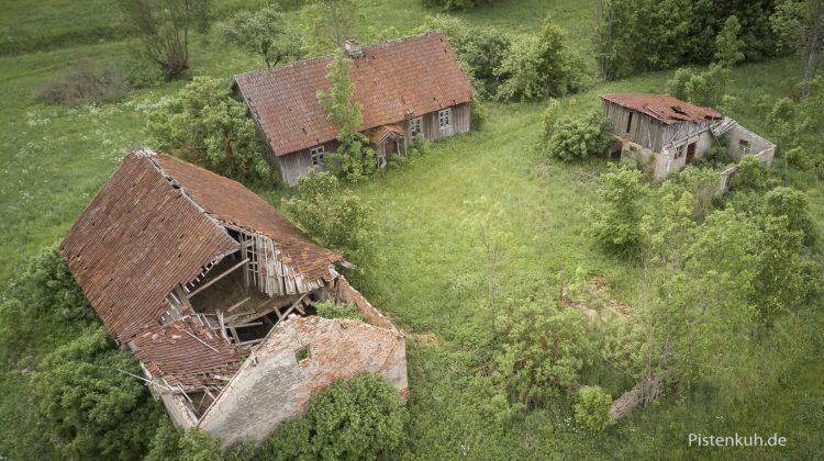 verfallenes Bauernhaus in Polen mit der Drohne fotografiert