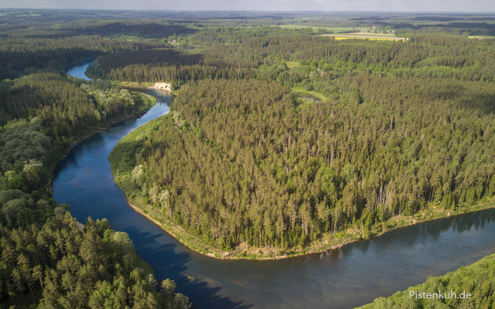 Luftbild: Flusslandschaft in Lettland mit der Drohne fotografiert