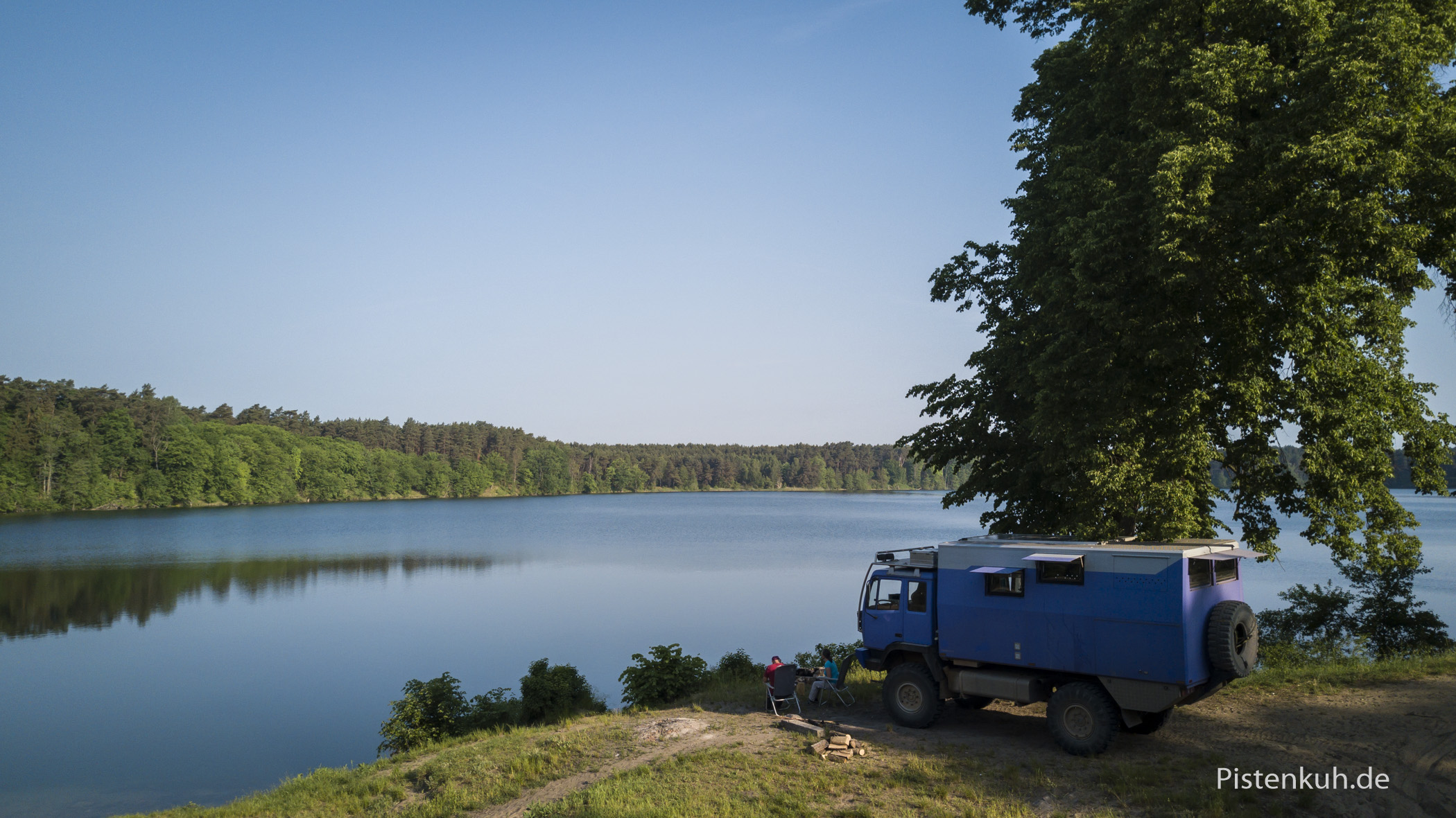 Lagerplatz am See in den Wäldern in Polen