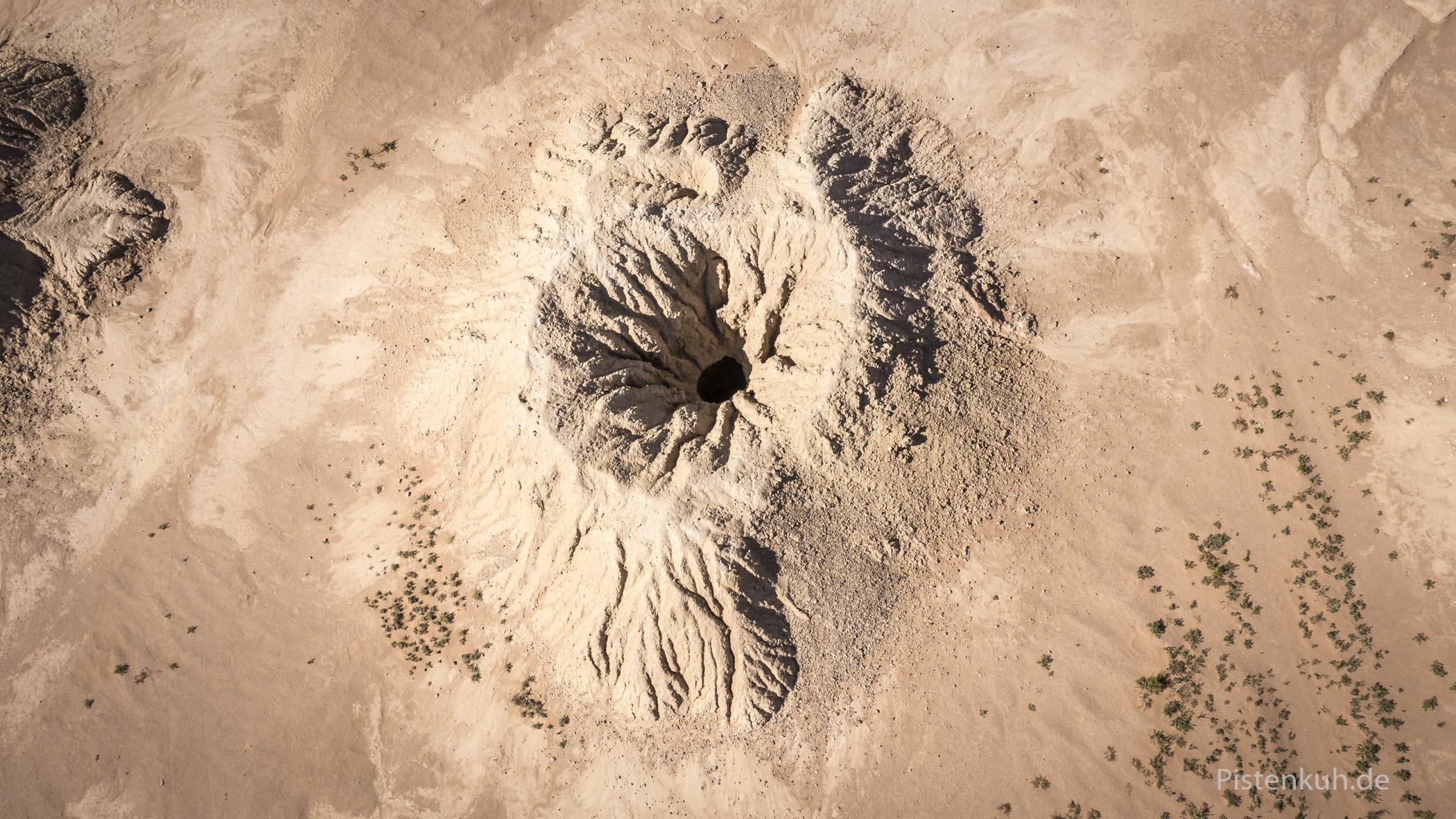 Der Erdaushub der Stollen bildet die markanten Hügel der Foggaras