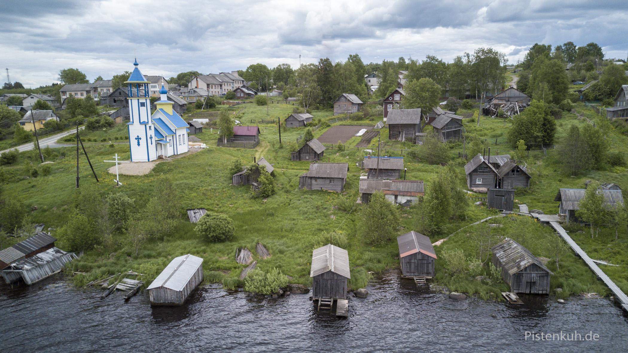 Ein schöner Blick von oben auf ein typisches Dorf in Karelien.