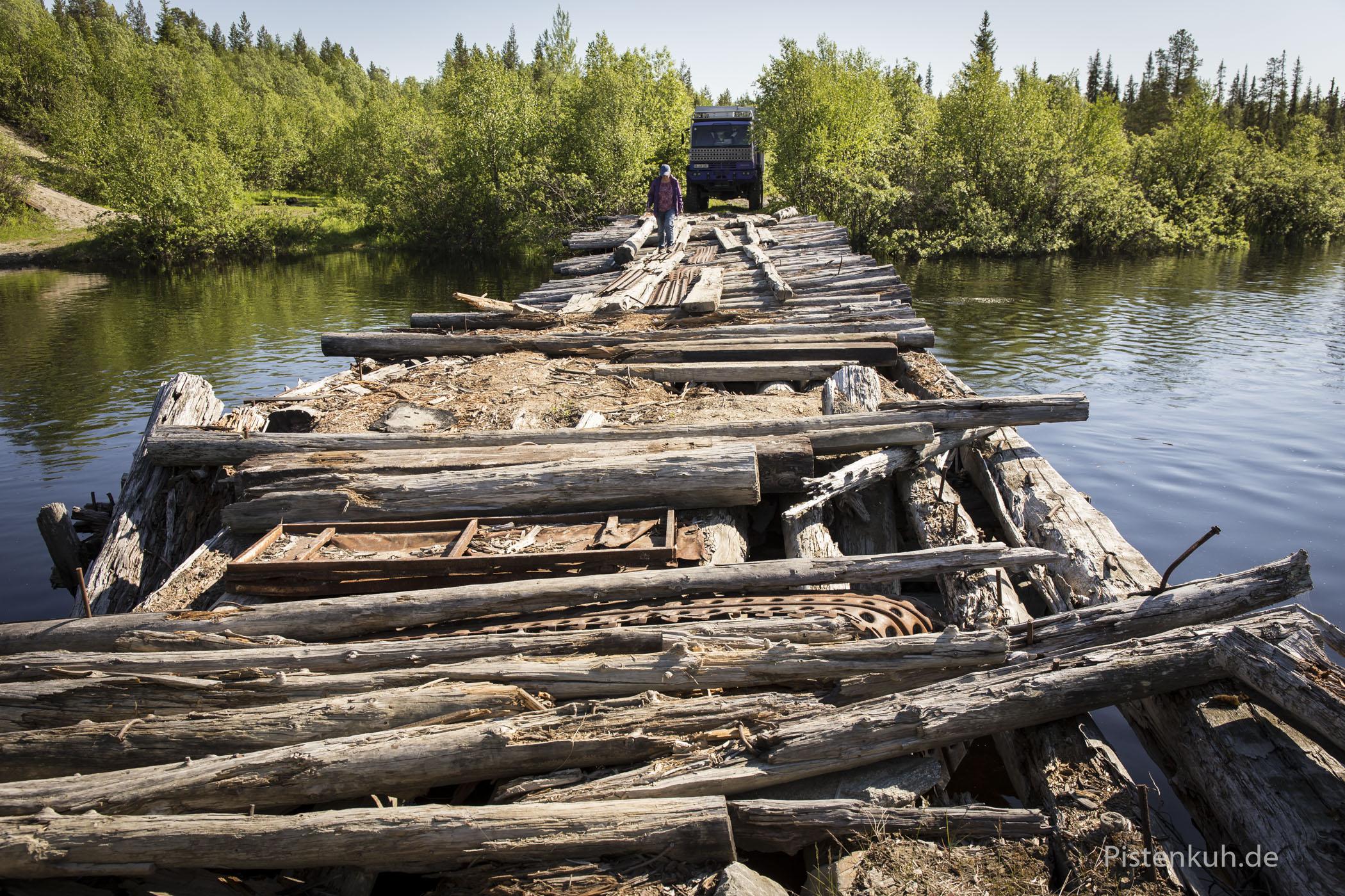 Verfallene Holzbrücken in der Arktis. Zum Glück gibt es eine Umfahrung.