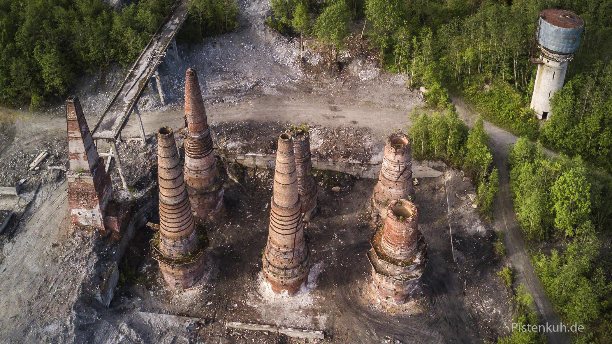 verlassene Kalkbrennöfen in Russland.