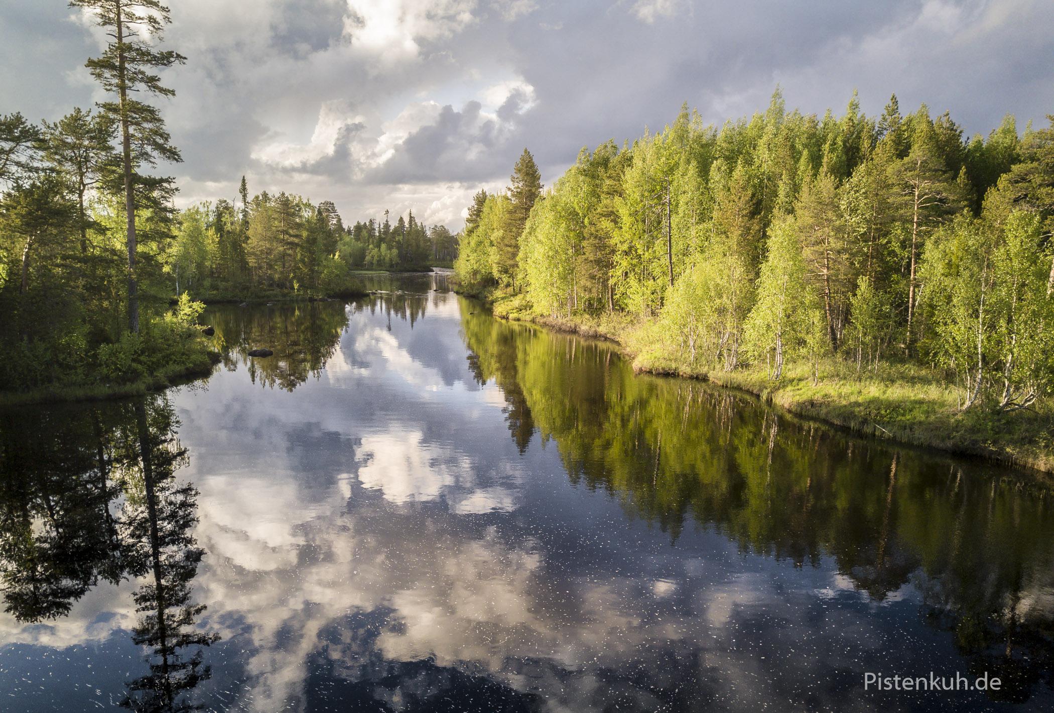 Wolkenspiegelungen im Wasser