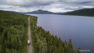 Schotterpiste von oben. Mit dem Expeditionsmobil in Schweden unterwegs