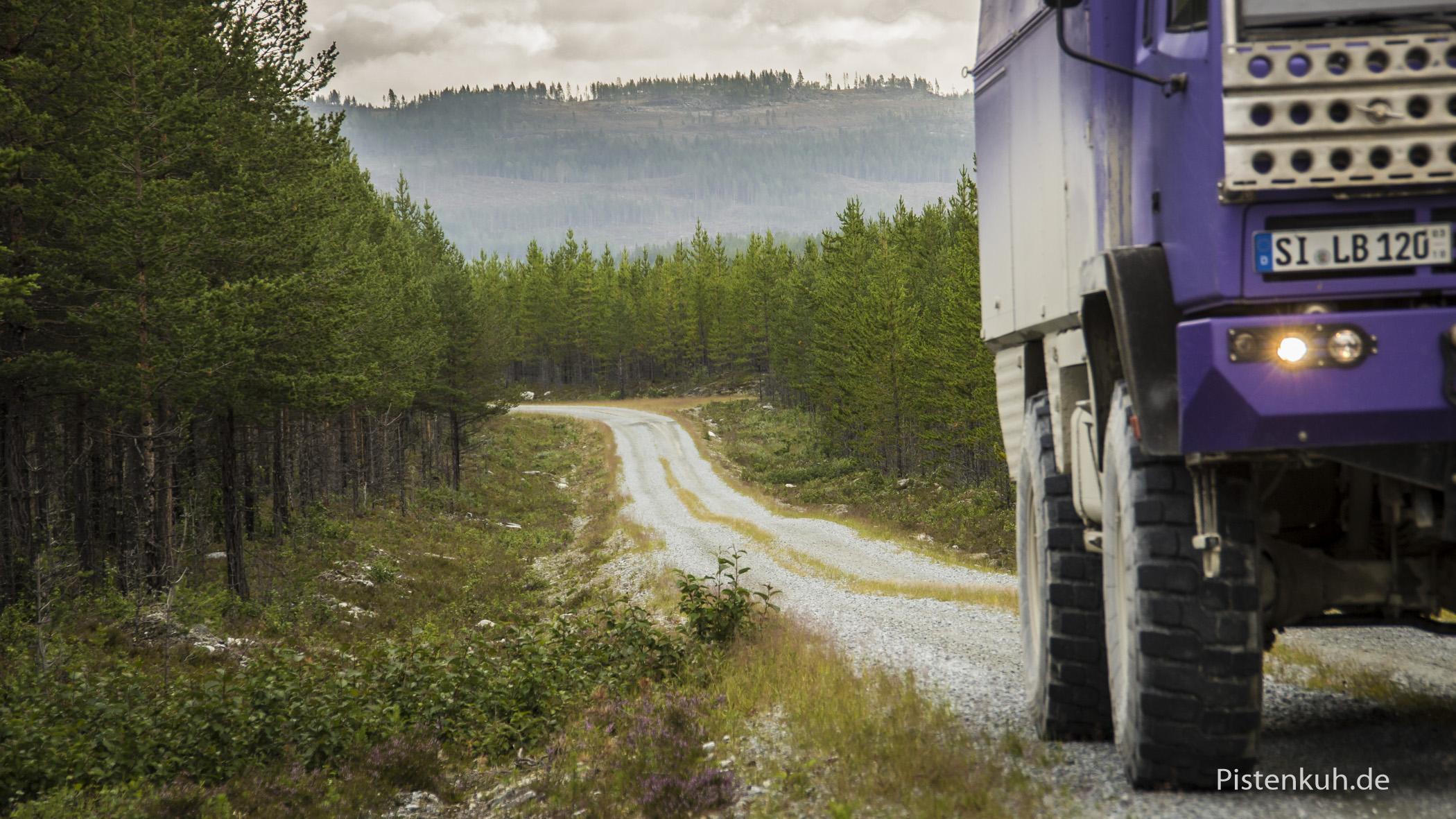 Unterwegs auf staubigen Schotterpisten in den Wäldern von Schweden