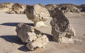 Bizarre Skulpturen aus Kalkstein in der Wüste des Oman