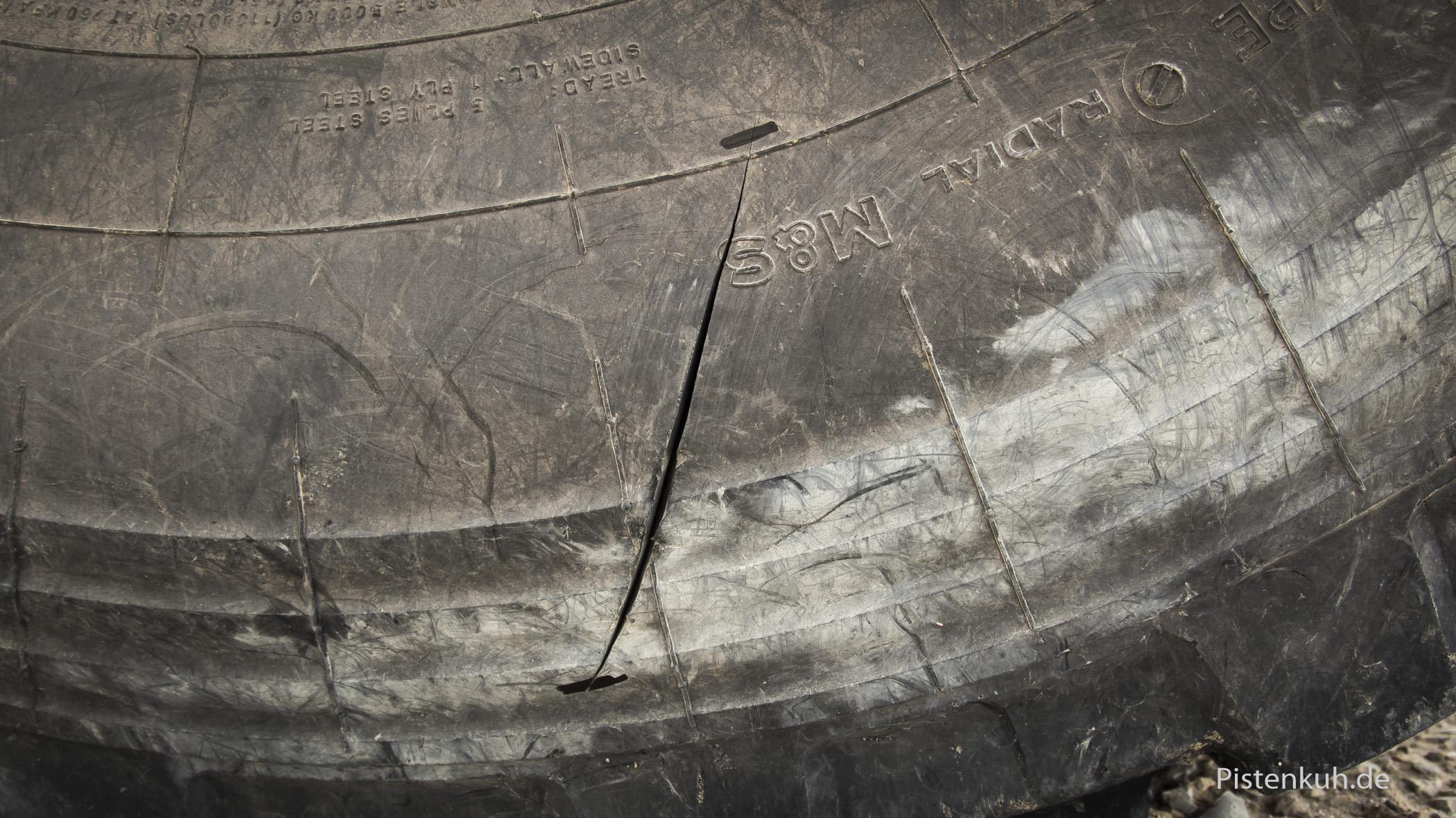Das Reifenproblem ist deutlich sichtbar, der Riss.
