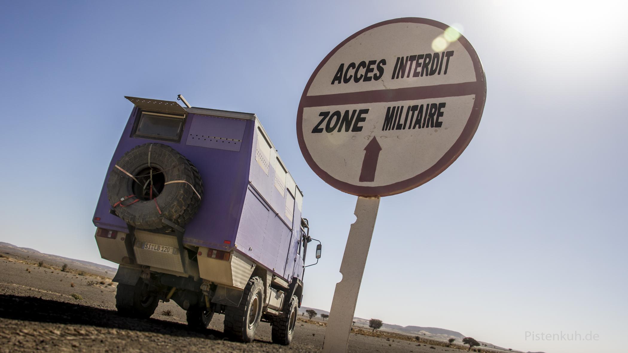 Verbotsschild an der militärischen Sperrzone im Grenzgebiet Algerien / Marokko