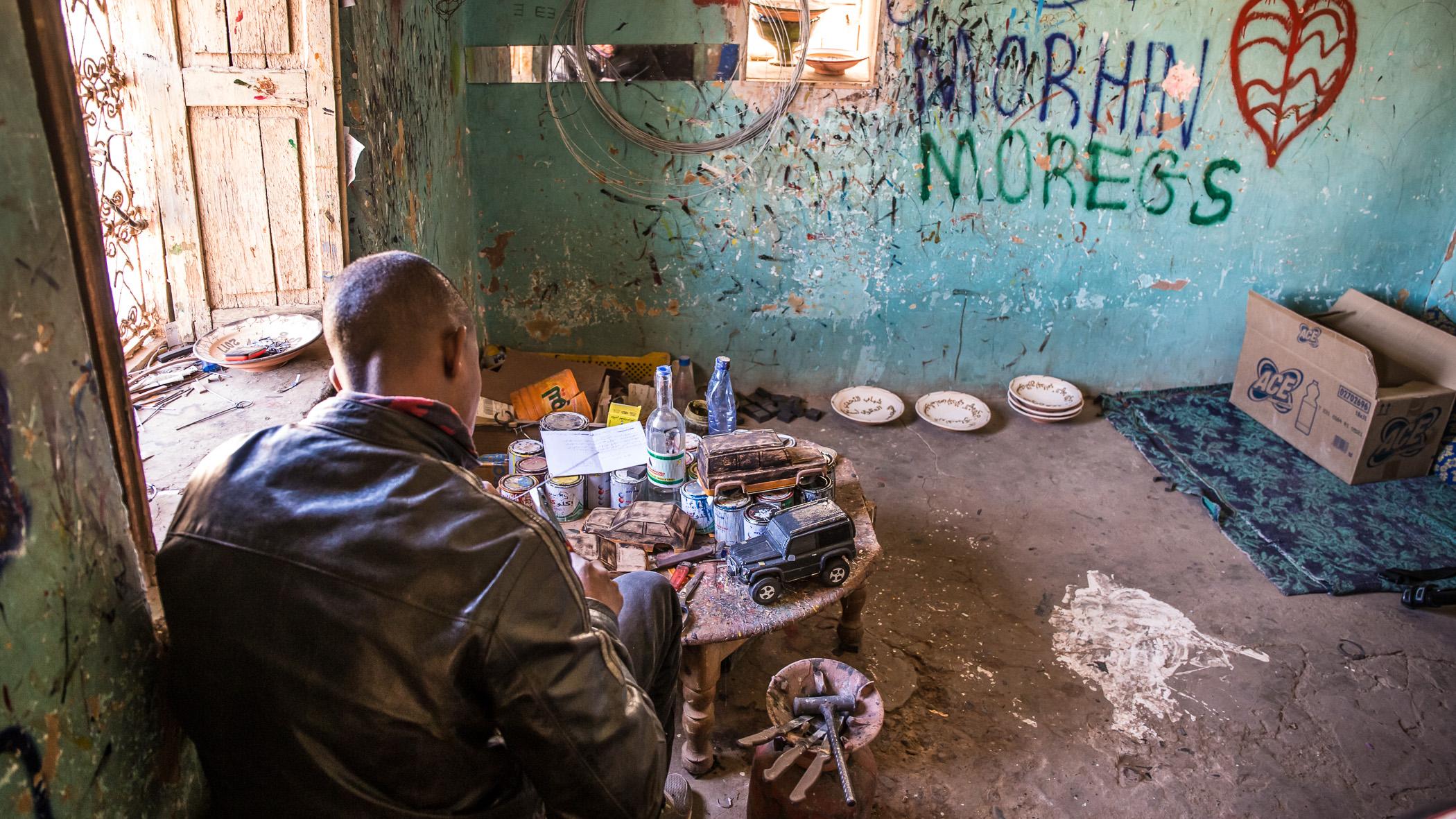 Geländewagen-Schnitzer Omar in seiner Werkstatt