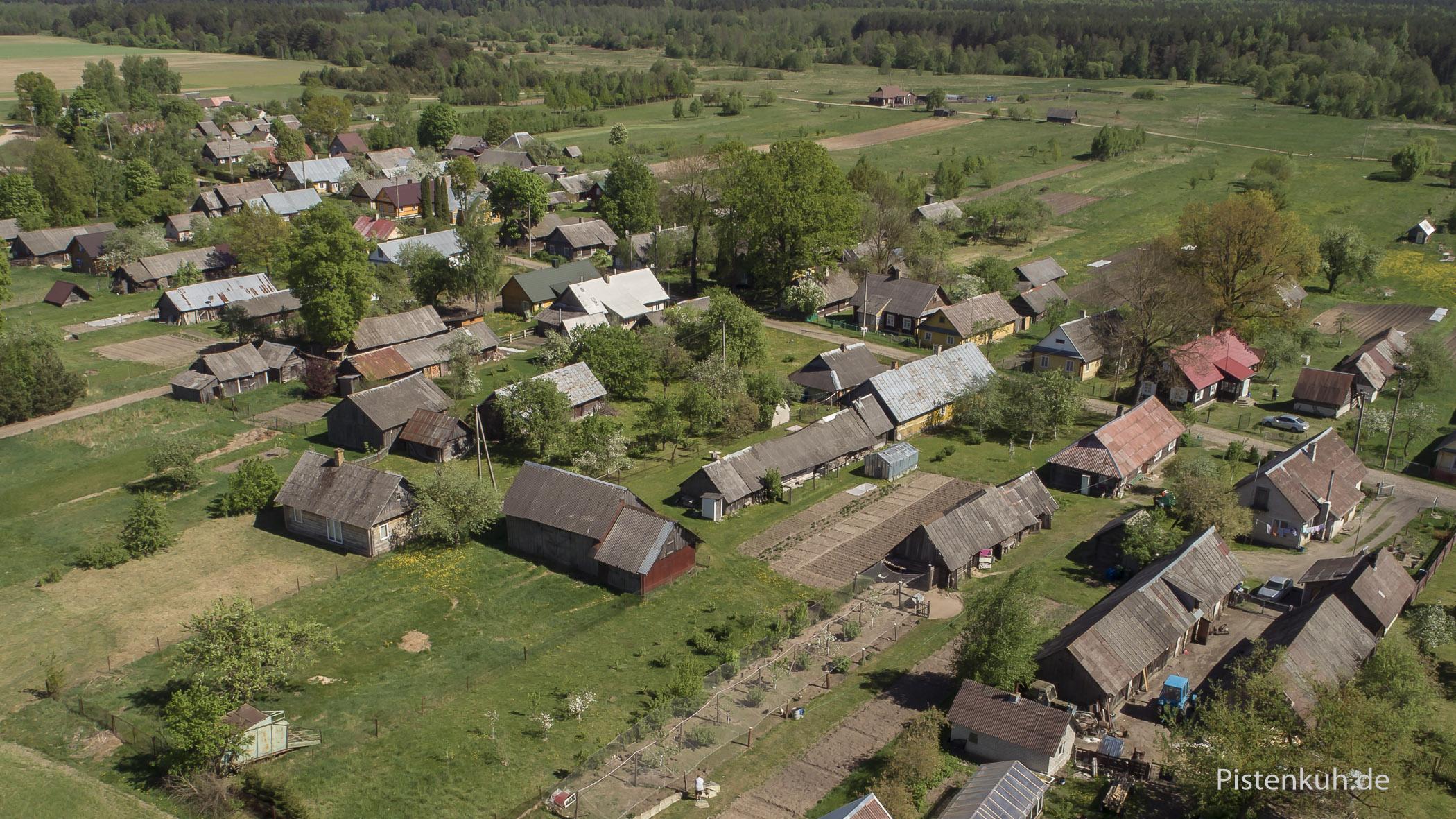 Typisches Dorf in Litauen aus der Storchenperspektive