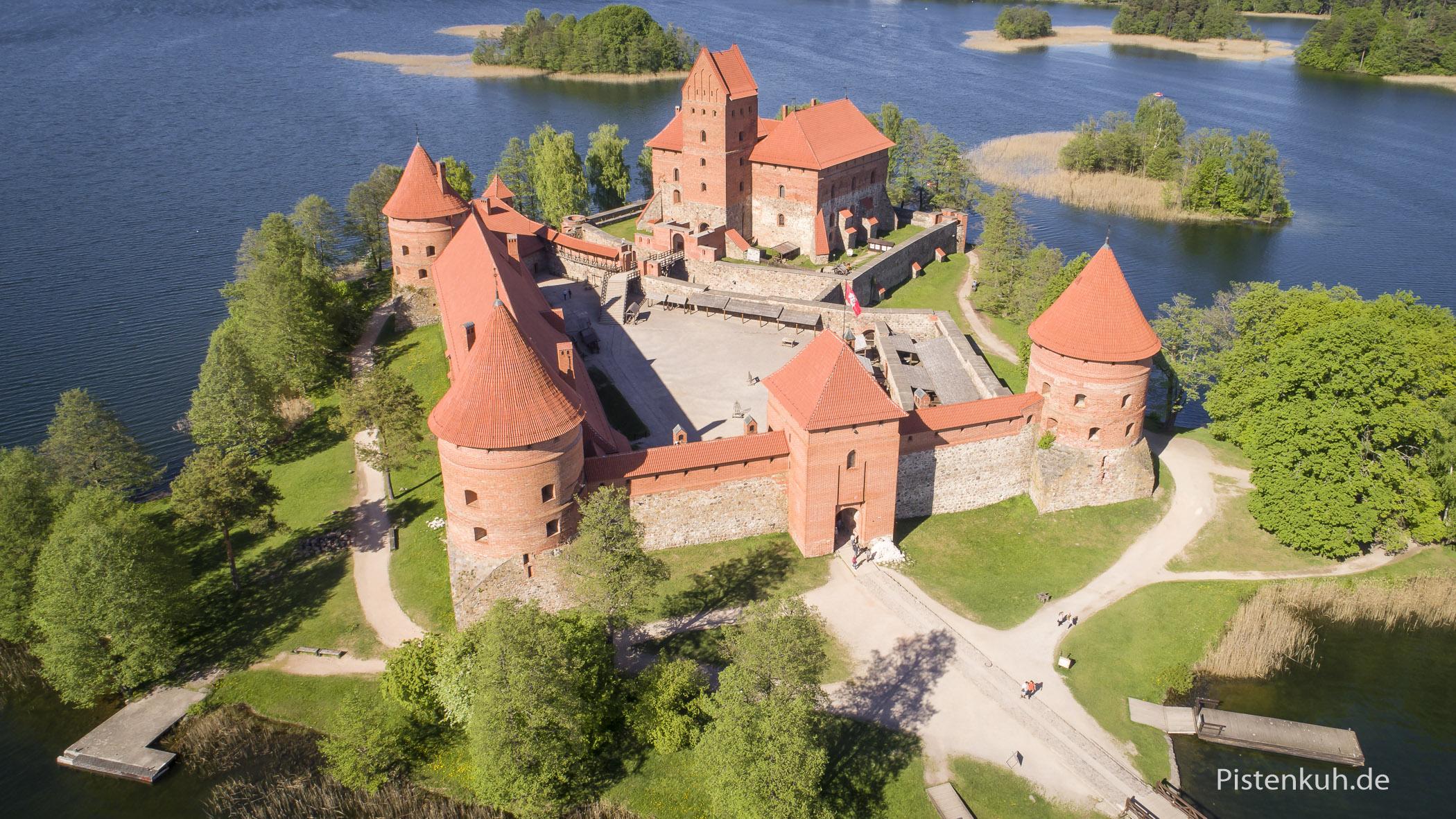 """Die Wasserburg """"Trakai"""" in Litauen aus der Vogelperspektive"""
