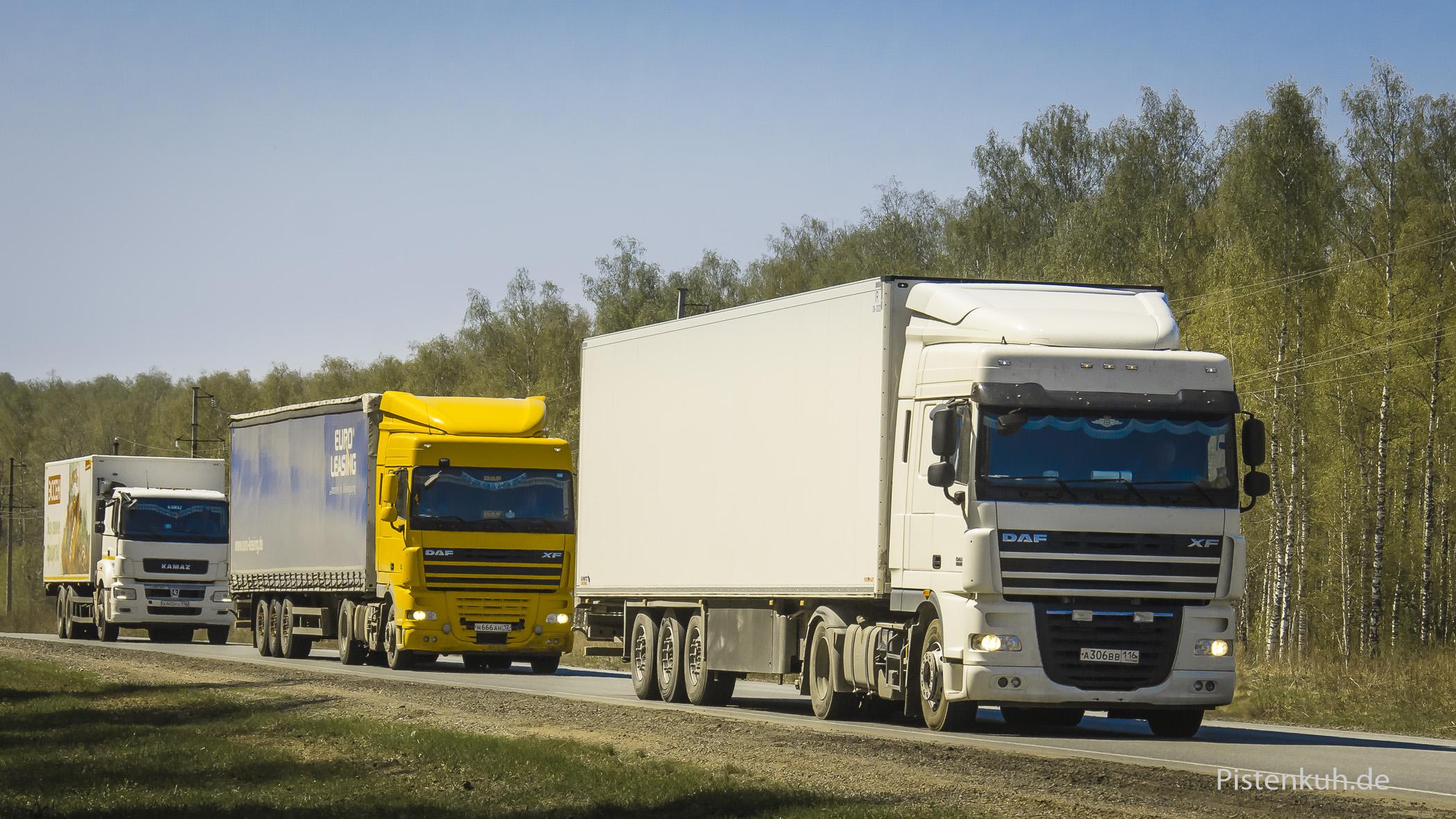 Typischer Fernverkehr auf russischen Landstraßen