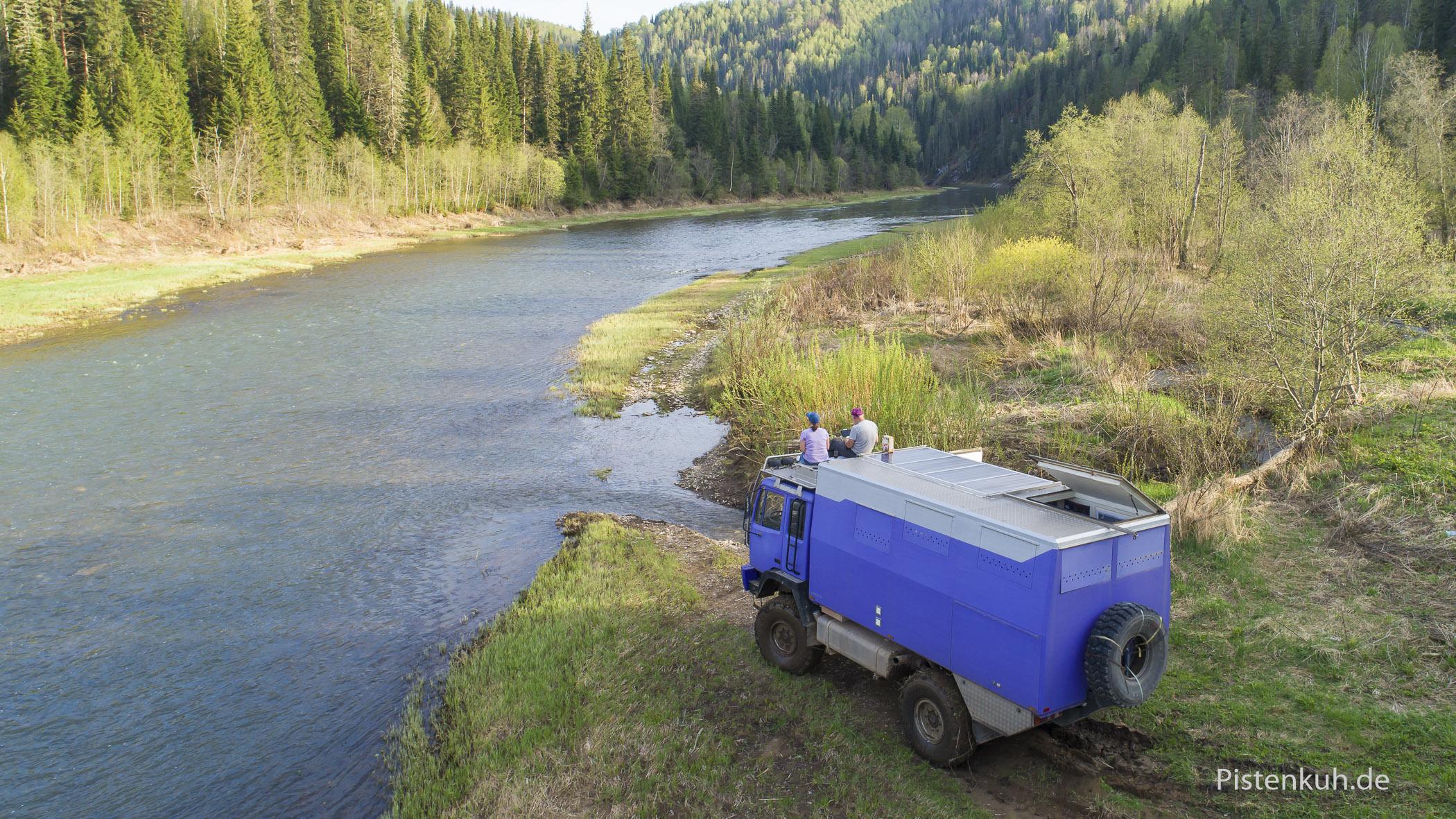 Camp am Fluss nach hartem Tag im sibirischen Morast.
