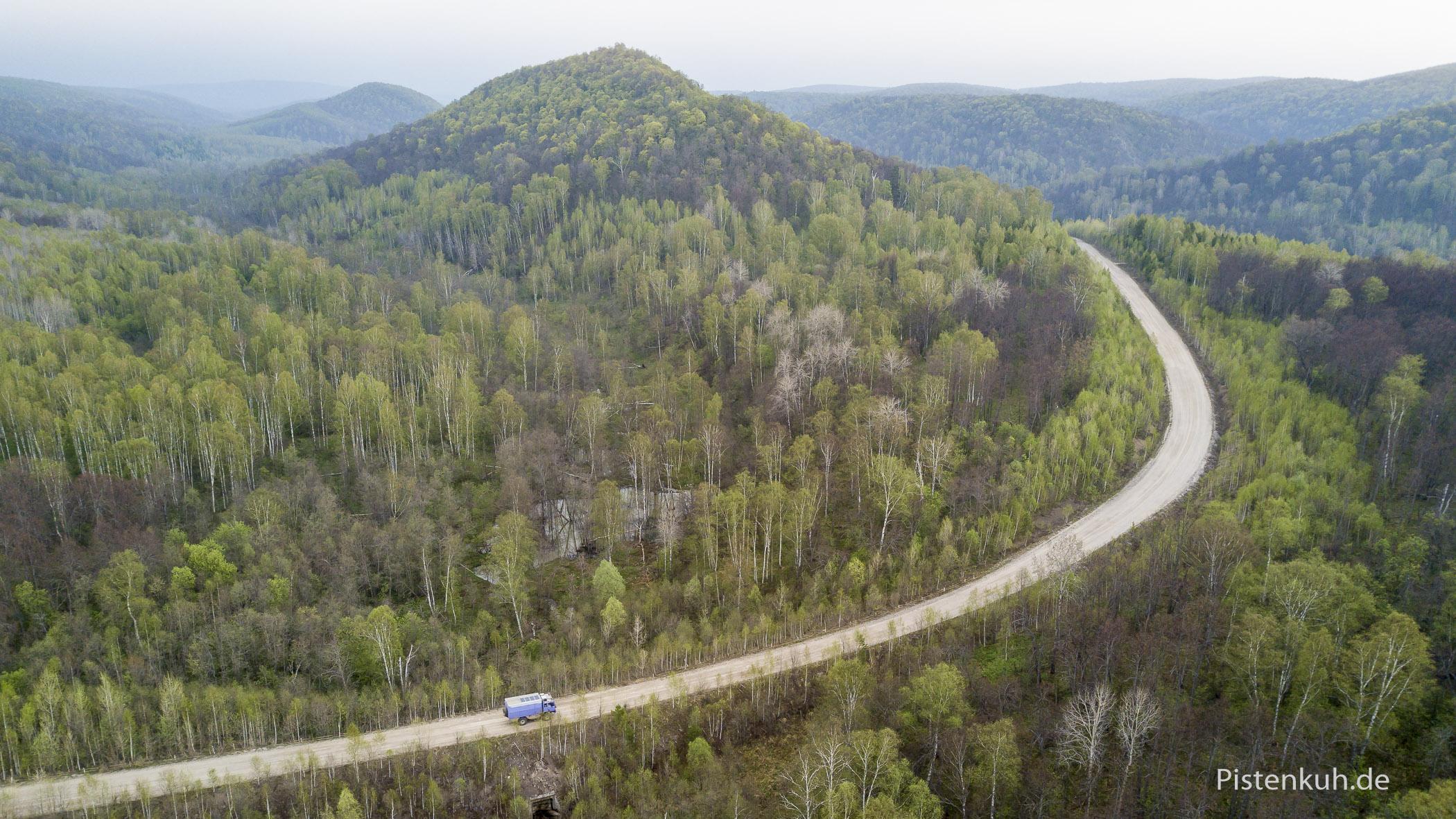 Auf Schotterwegen durch endlose Wälder