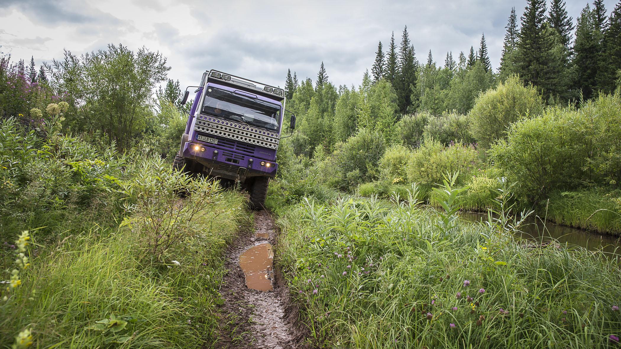 """Und oft ist der """"Weg"""" nur ein Fahrspur durch den Sumpf. Spannend auf jeden Fall."""