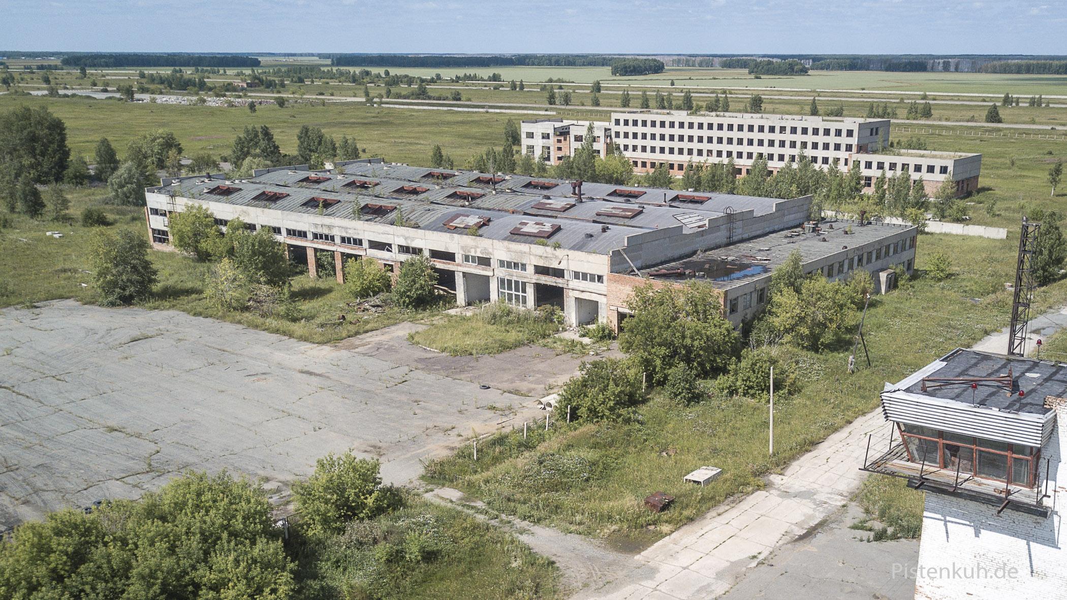 verfallene Hallen- und Bürogebäude auf dem verlassenen Flughafen bei Omsk in Russland
