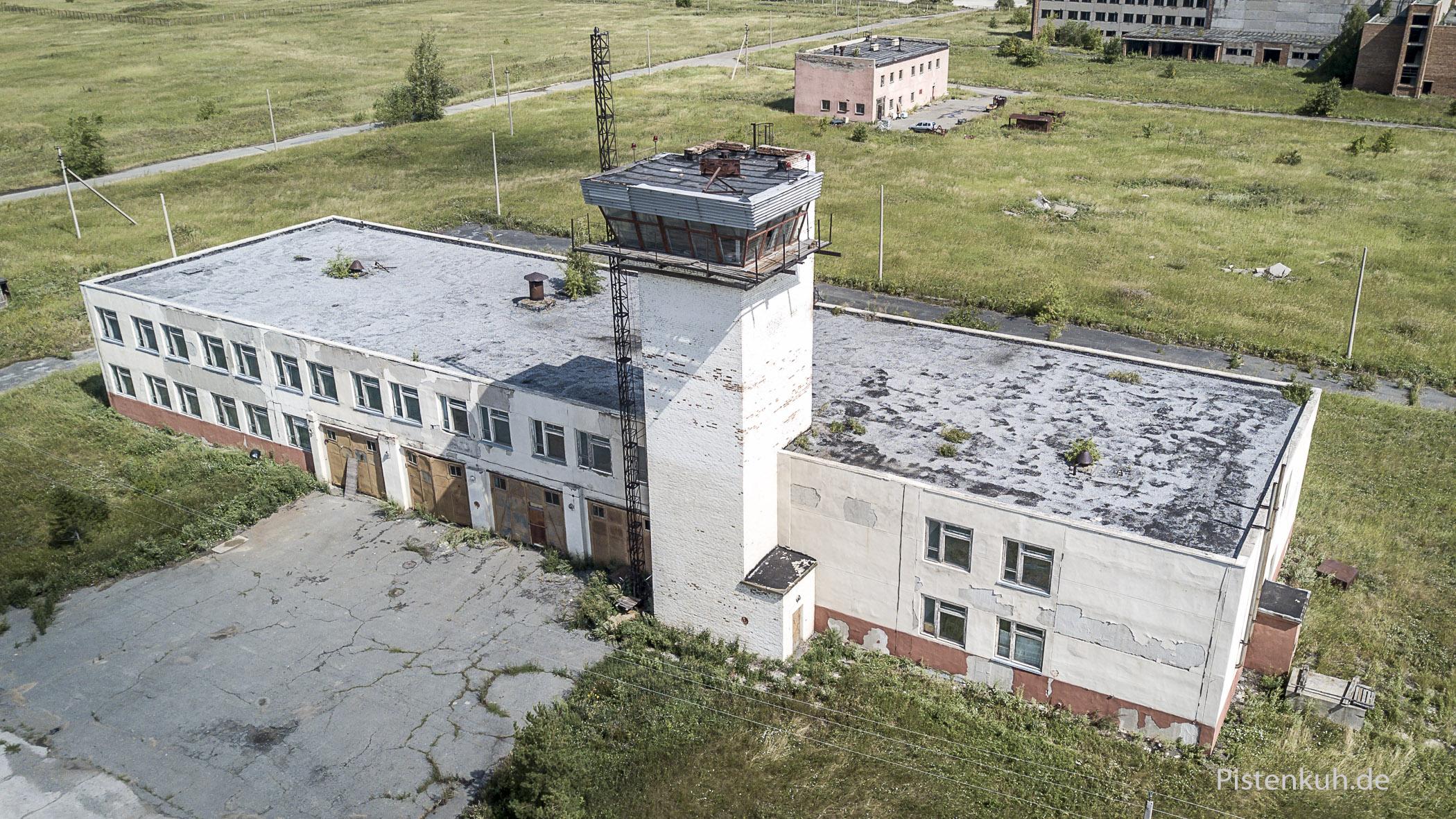 Das Gebäude der Flughafenfeuerwehr ist ebenfalls nur noch eine Ruine.