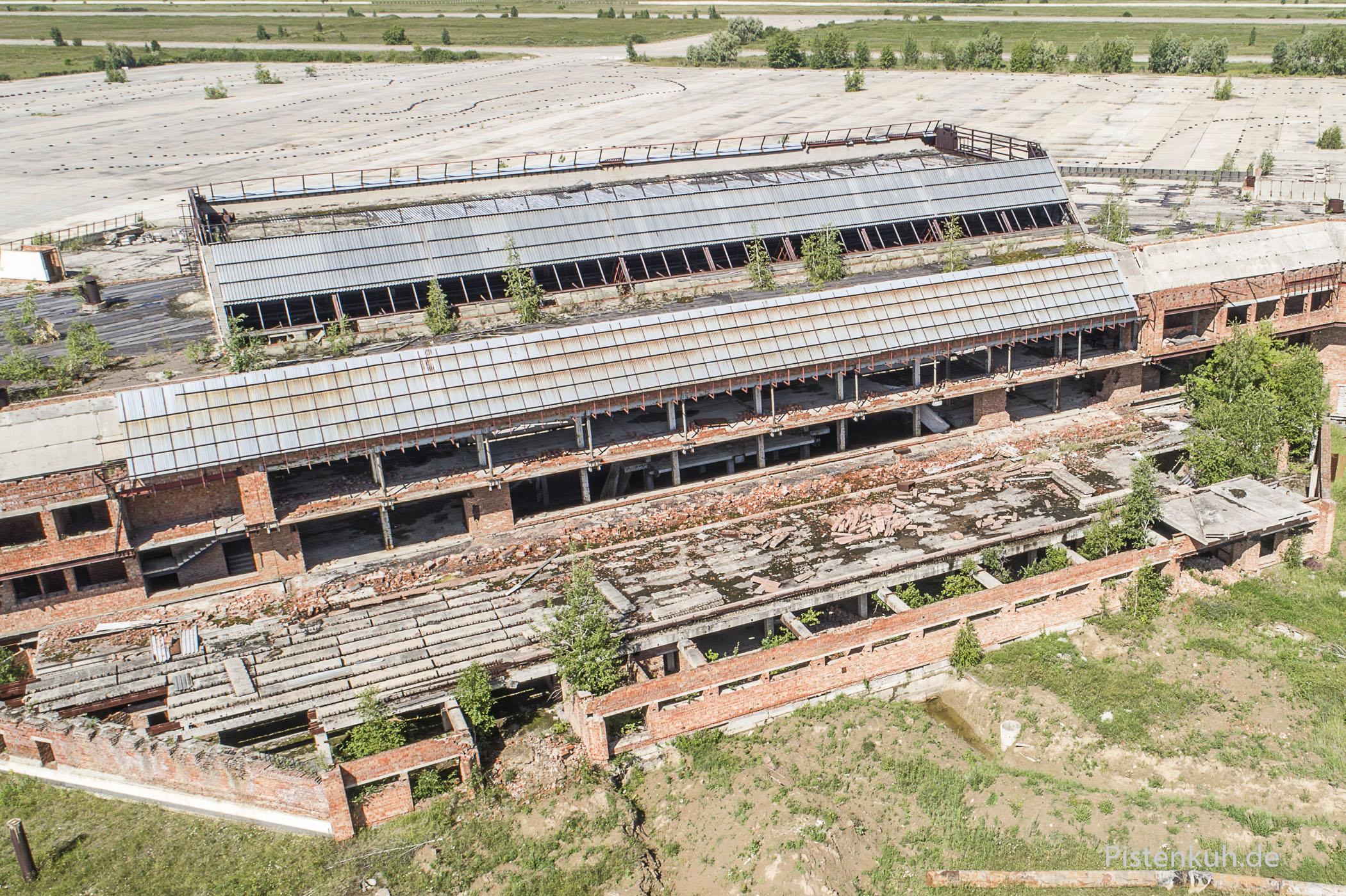 Das Empfangsgebäude der verfallenen Flughafen-Ruine in Omsk.