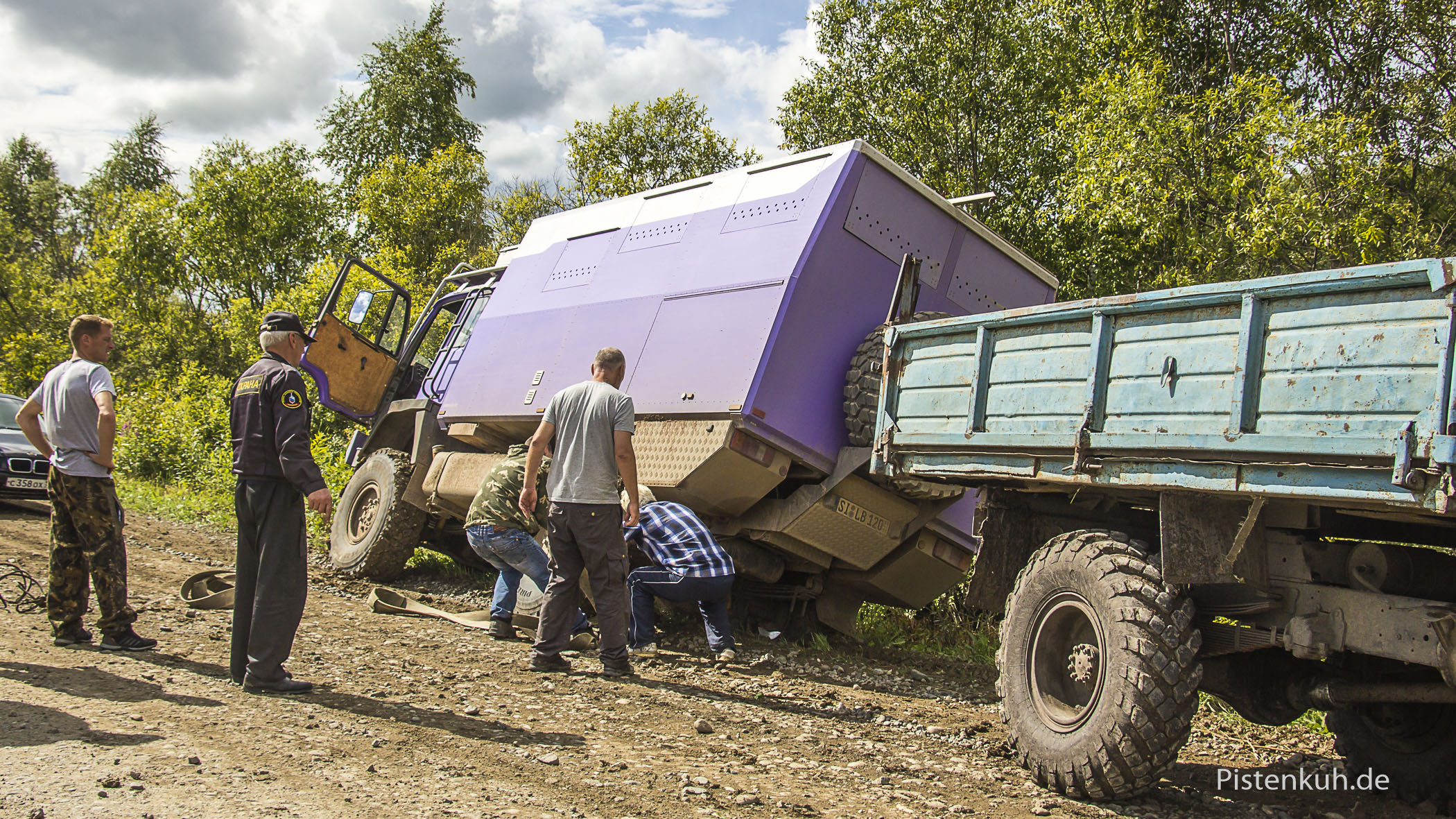 Wir befestigen den Bergegurt am Federlager, dann ein kräftiges Ziehen mit dem GAZ und die Kuh ist frei.
