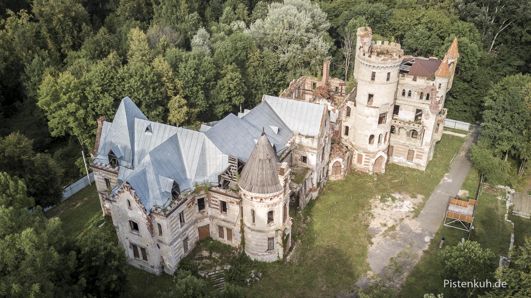 Ein Blick aus der Vogelperspektive über die verlassene Villa