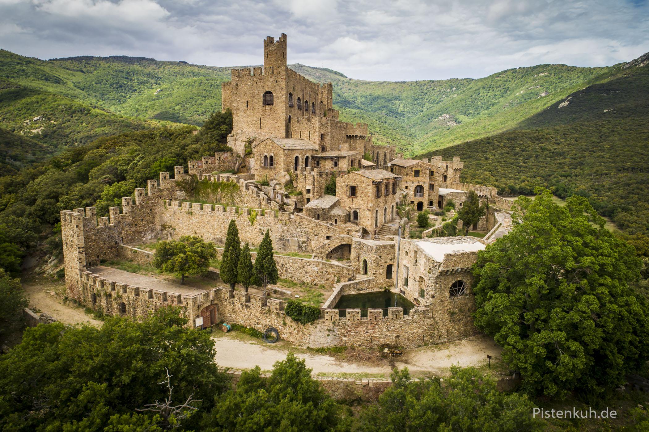 Die alte Burganlage liegt verlassen im Wald.