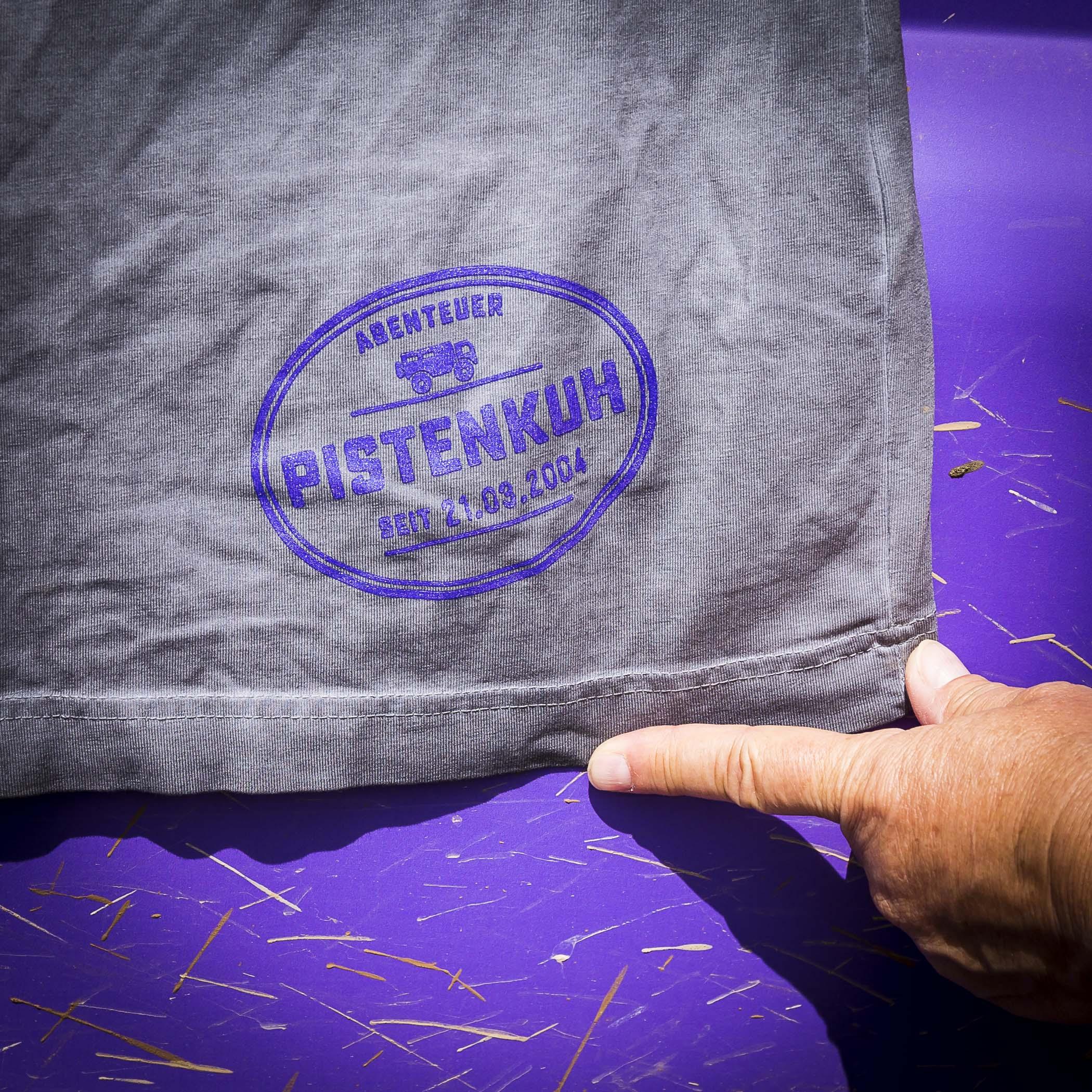 Nur mit dem Stempel über dem Saum ist es ein Original Pistenkuh-Shirt.