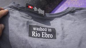 Das Shirt von Pistenkuh, gewaschen im Rio Ebro.