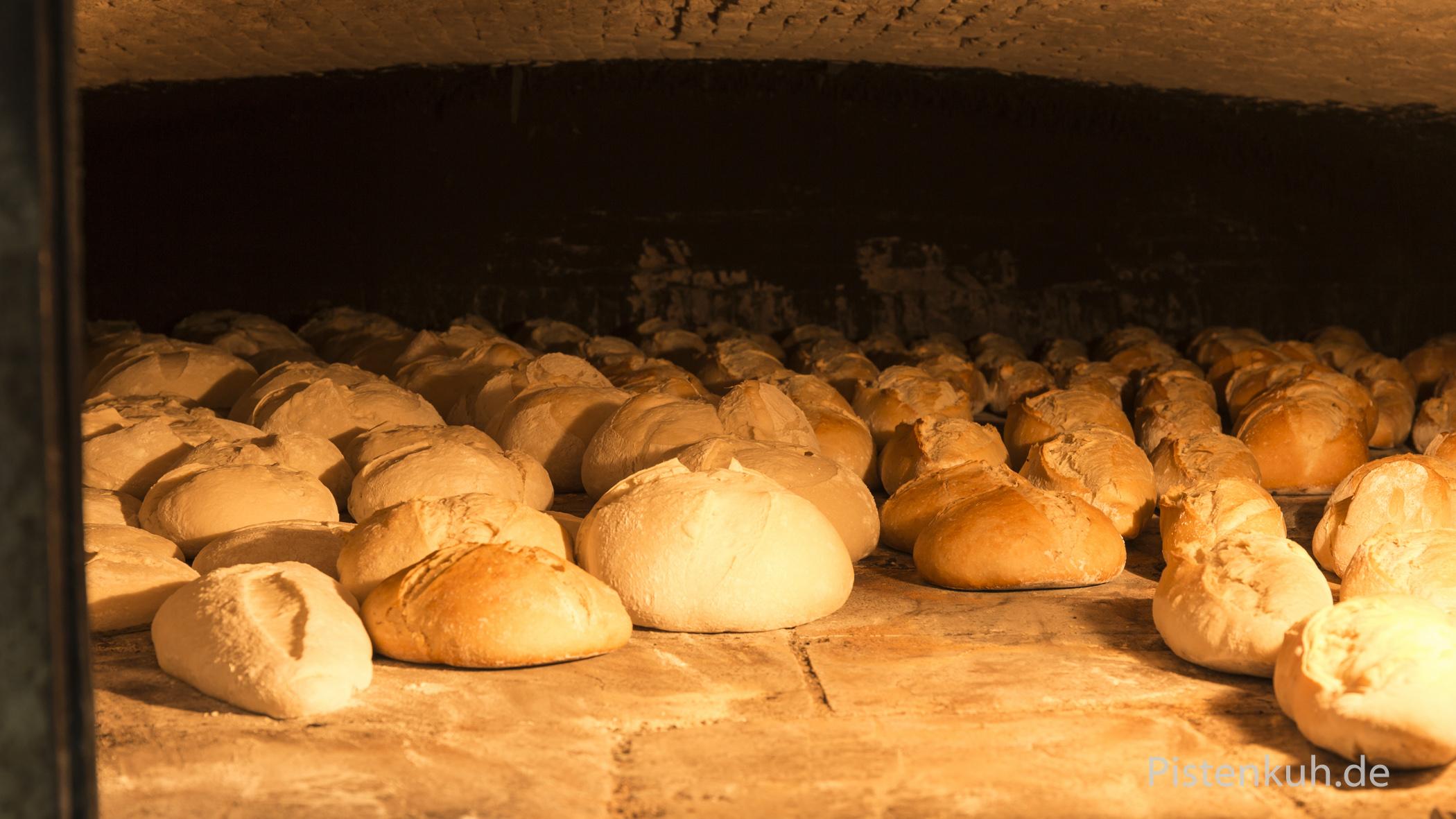 Frisches Brot im Ofen. Der Duft, herrlich. Ich kann es kaum erwarten, ein Stück vom heißen Brot zu probieren.
