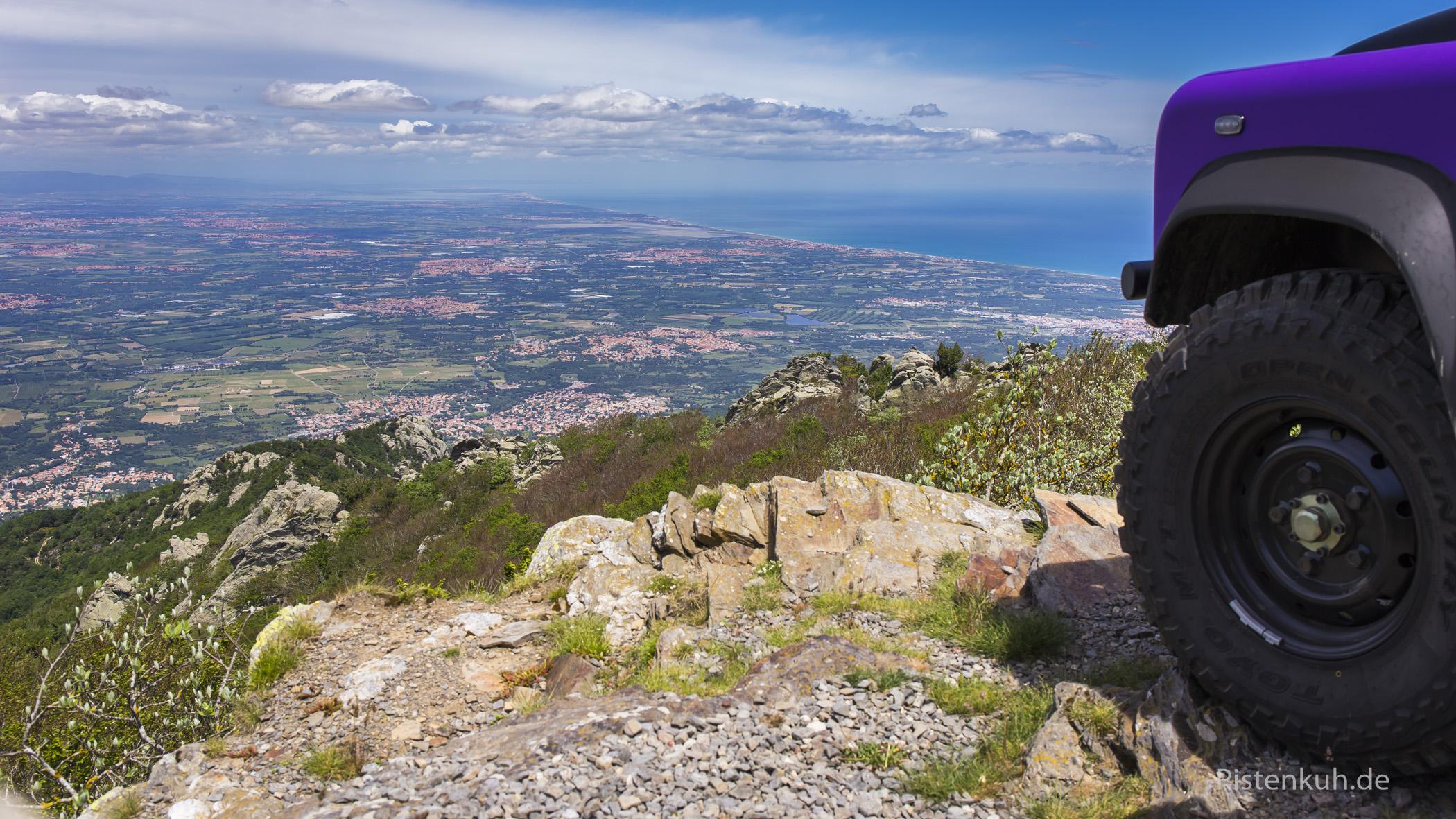 Blick auf das Gebiet um Perpignan von einem Hochpunkt, der über ein Erdsträßchen zu erreichen ist.