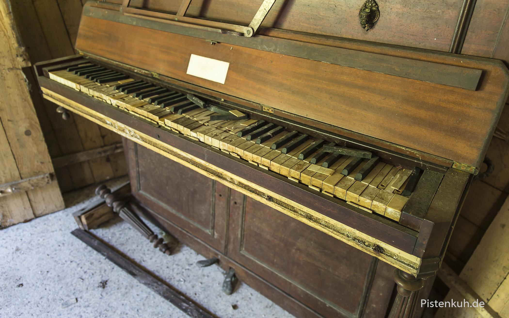 Das alte Klavier in der Ecke