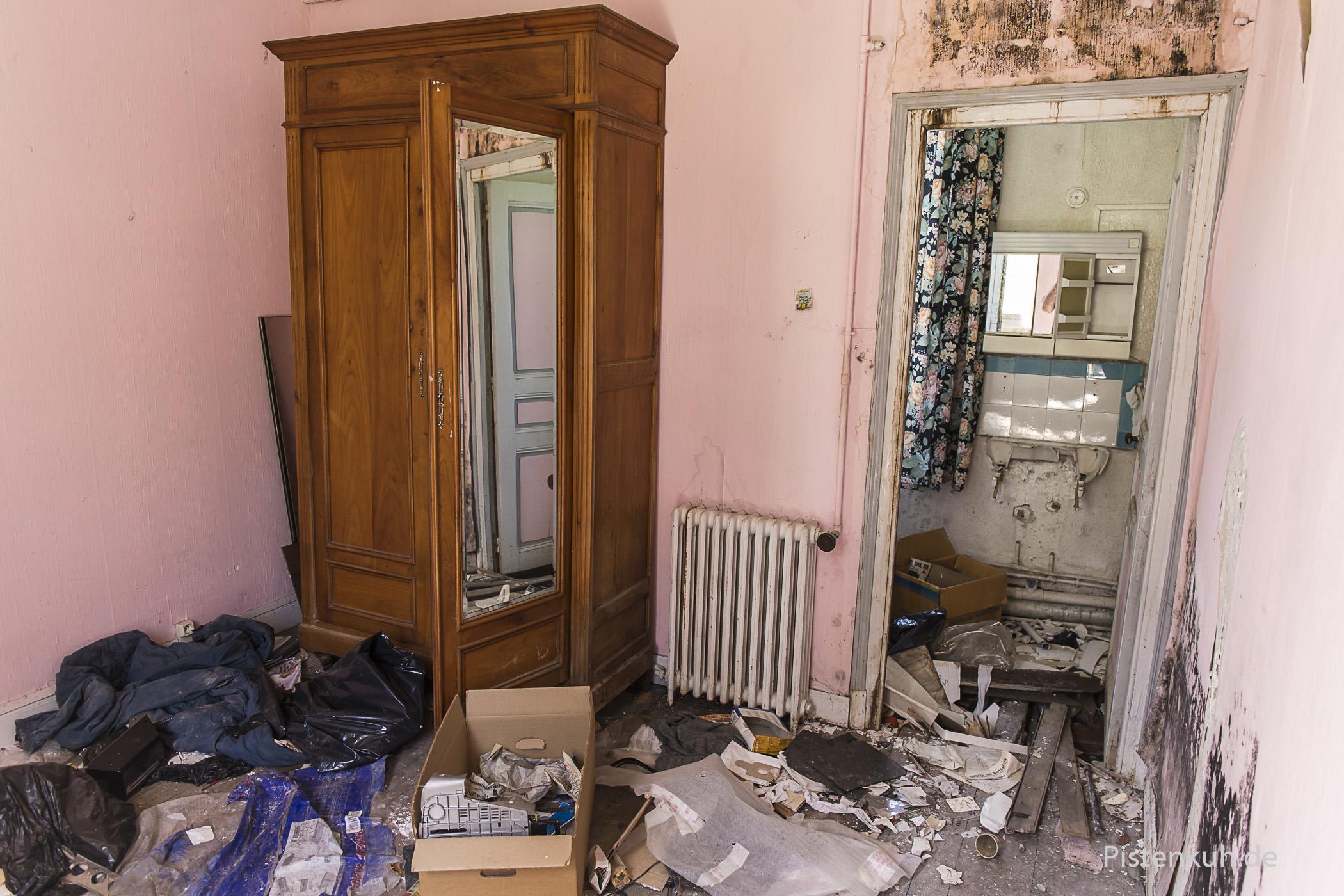 Die Bäder sind zerstört, die Möbel jedoch noch vorhanden.