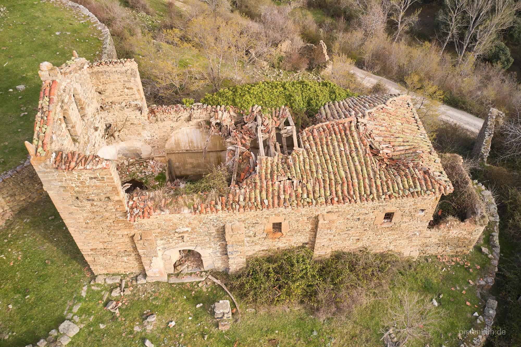 Die verfallene Kirche des Geisterdorfes Esqurquilla in Spanien