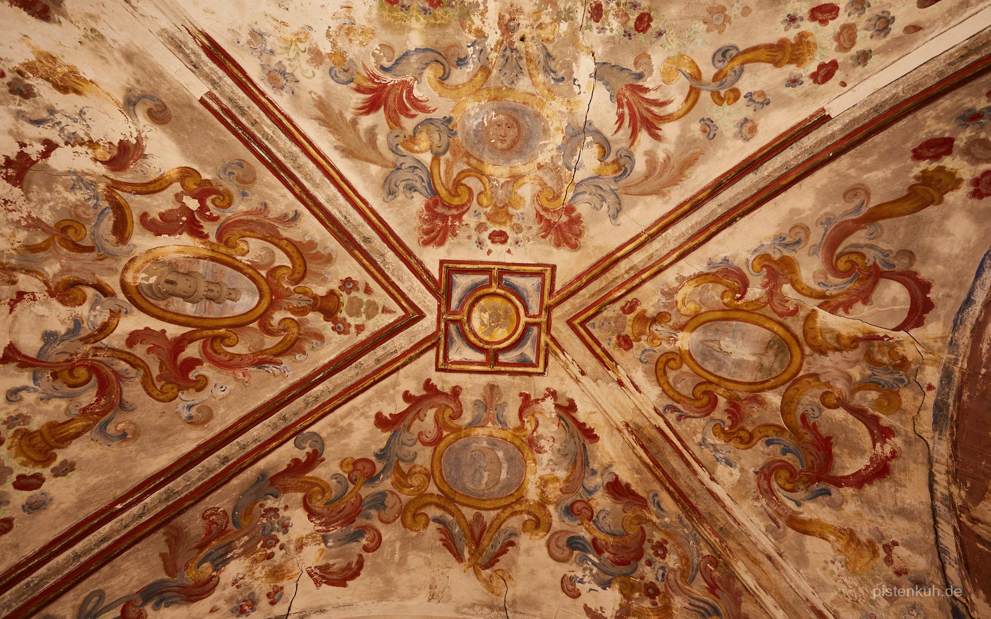 Deckengemälde in der verfallenen Kirche von Escurqilla
