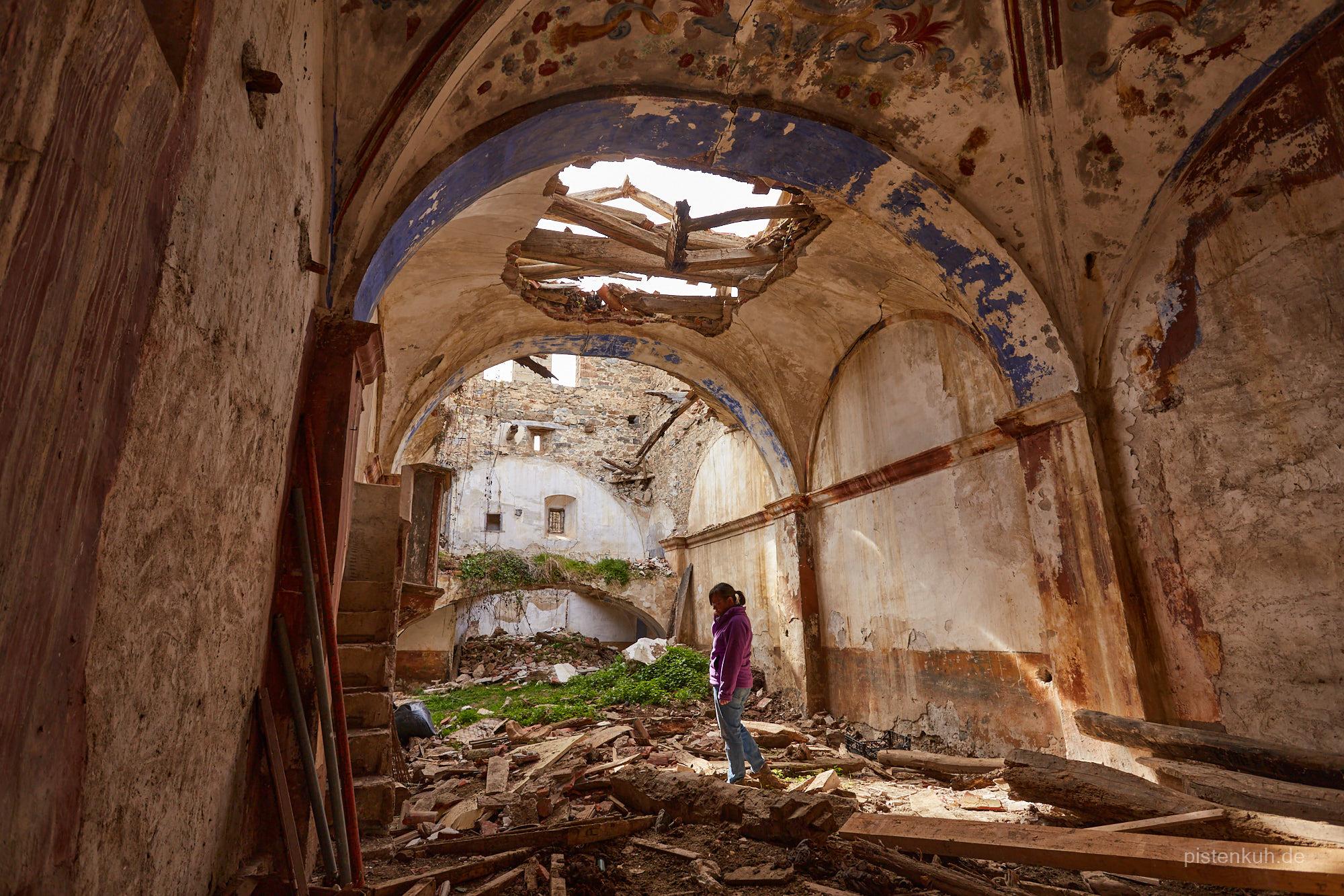 Das verfallene Mittelschiff der Kirche